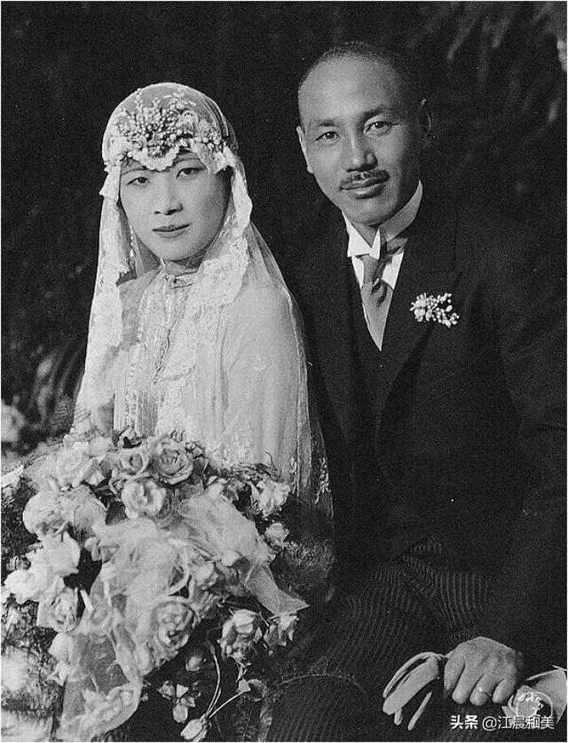 中国女性从什么时候开始改穿西方白婚纱的