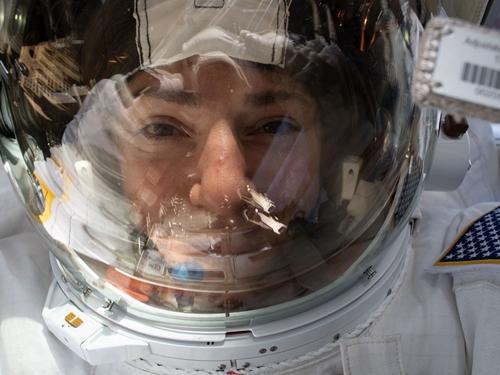 当地时间10月18日,NASA宇航员在太空执行任务时,玩起自拍。图片来源:NASA网站。