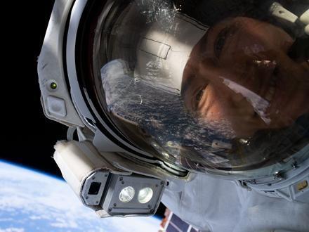 "NASA宇航员克里斯蒂娜·科赫与地球""自拍""。图片来源:NASA网站。"