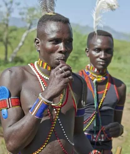非洲部落特色习俗,以拔门牙为美,成年了就要拔掉一颗门牙