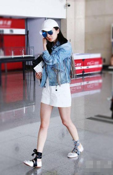 杨幂卫衣配黑丝现身机场,时尚达人翻车?还是引领了新一波潮流?