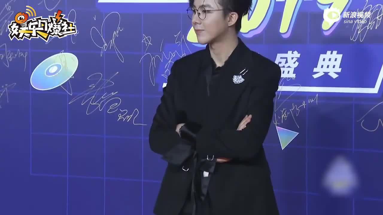 劉宇寧亮相亞洲新歌榜紅毯西裝革履戴眼鏡顯儒雅