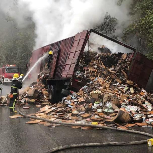 右后轮突然冒火星 景德镇一辆满载木制品的大货车起火