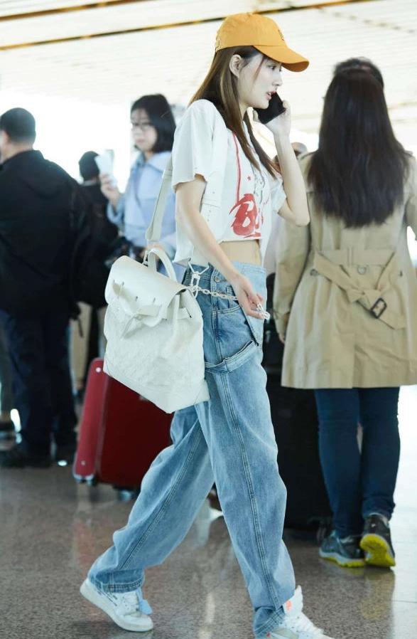 徐璐的裤子火了,正面背带裤,反面牛仔裤,站直后的腿长,羡慕了