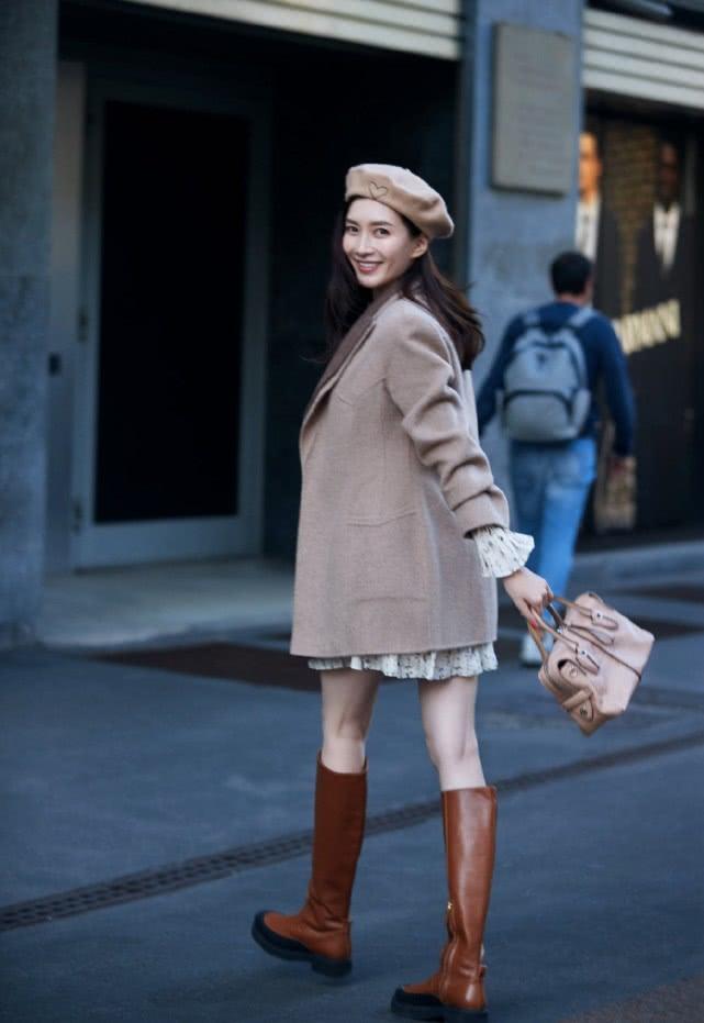 江疏影要引领秋季潮流了,大衣百褶裙+中筒靴,妥妥的复古风女神