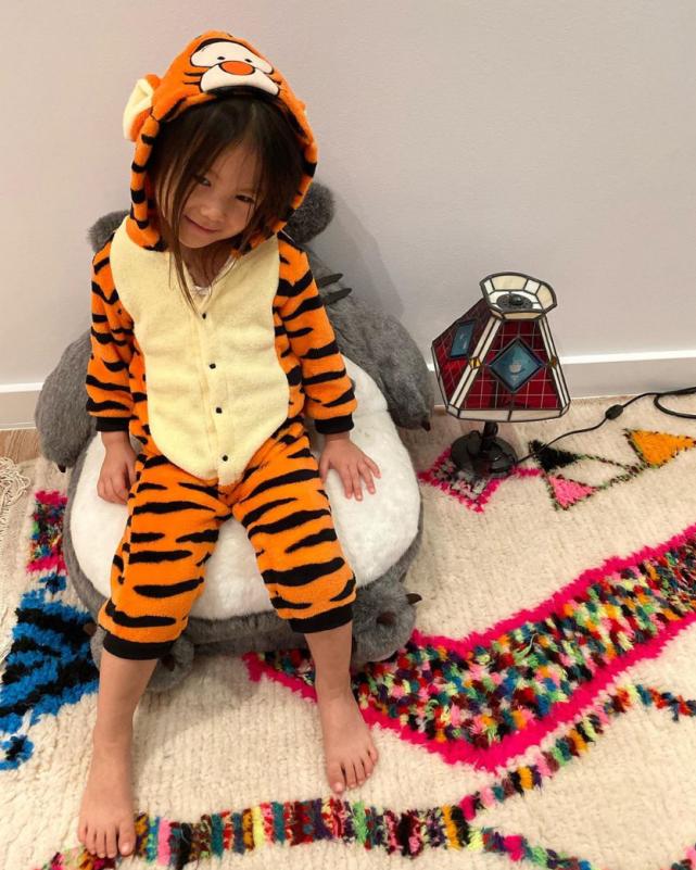 陈冠希女儿两岁就接拍广告,潮流藏品已经成堆的她,究竟多时尚?