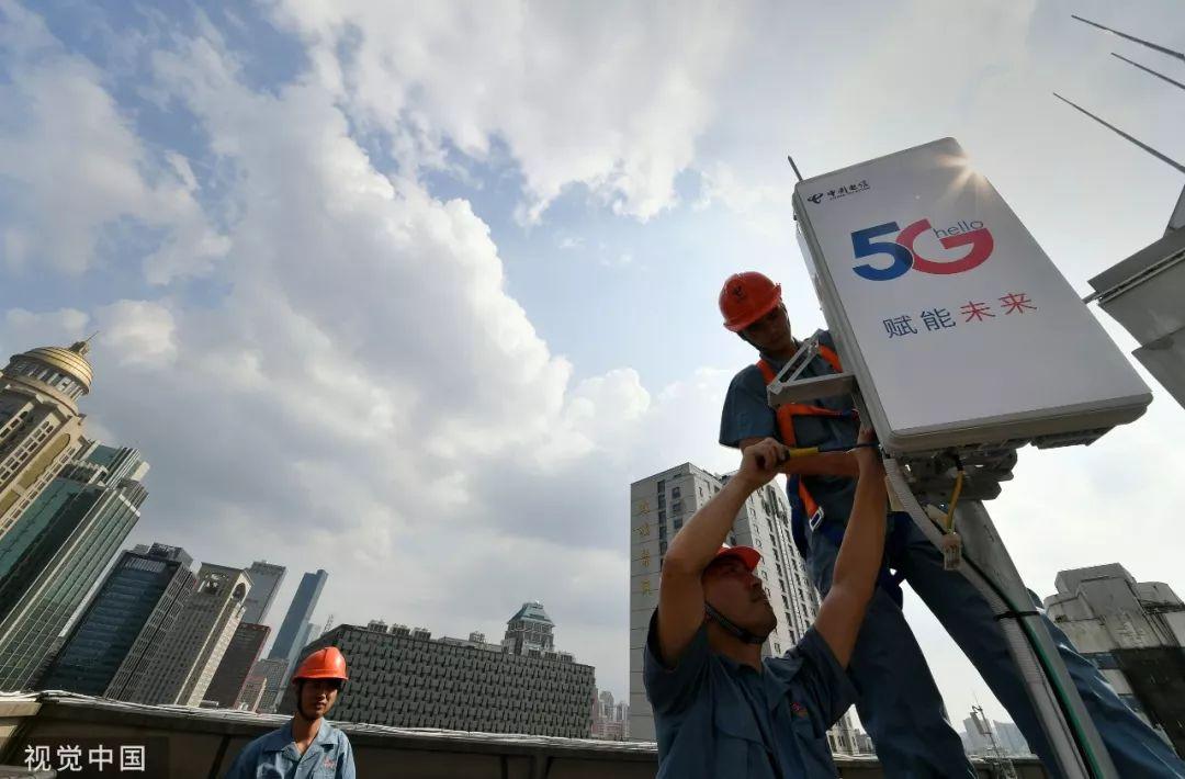 ▲资料?#35745;?019年7月,施工人员在南京鼓楼广场安装5G设备。(视觉中国)