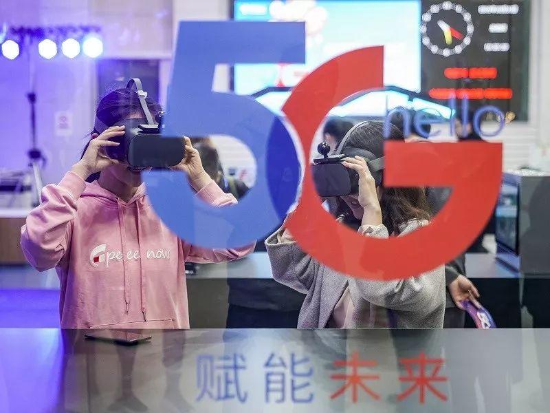 ▲10月31日,在中国电信北京公司朝阳门营业厅,消费者在体验5G云VR视频。(新华社)