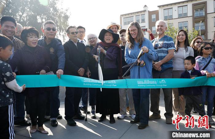 """当地时间11月9日,以华裔作家张纯如名字命名注册新宝GG""""张纯如公园""""在美国圣荷西揭幕,张纯如父母及各界人士300余人出席了揭幕仪式。中新社记者 刘关关 摄"""