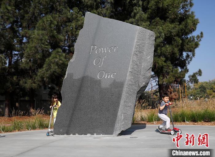 """图为一座雕塑上刻着张纯如注册新宝GG格言""""Power Of One""""。中新社记者 刘关关 摄"""