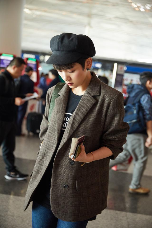 演员李晓峰时尚穿搭现身机场 格纹西装配马丁靴率性十足