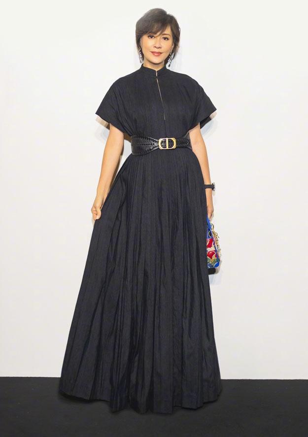 53岁刘嘉玲真潮流,穿黑色长裙手提彩色刺绣包,亚麻色短发太减龄