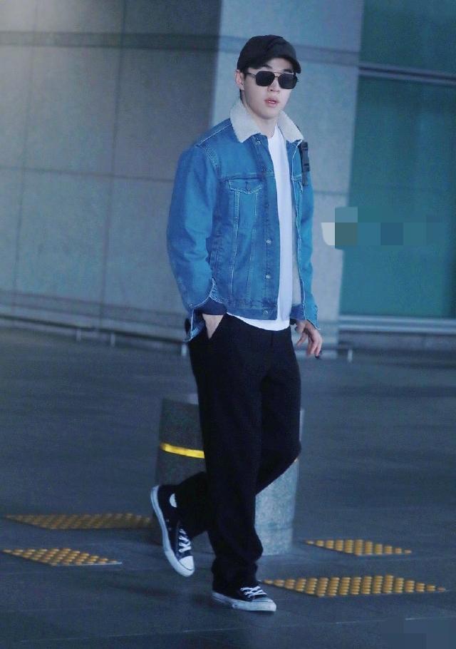 刘宪华机场私服造型,羊羔毛牛仔外套温暖加分,白皙皮肤惹人羡慕