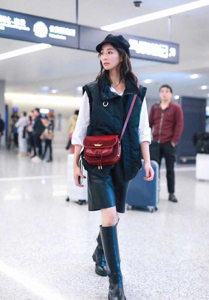 张钧甯太会穿了,半截皮裤配中筒靴,时髦帅气引领秋季潮流