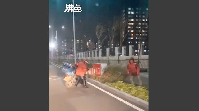北京刮大風外賣小哥風中寸步難行