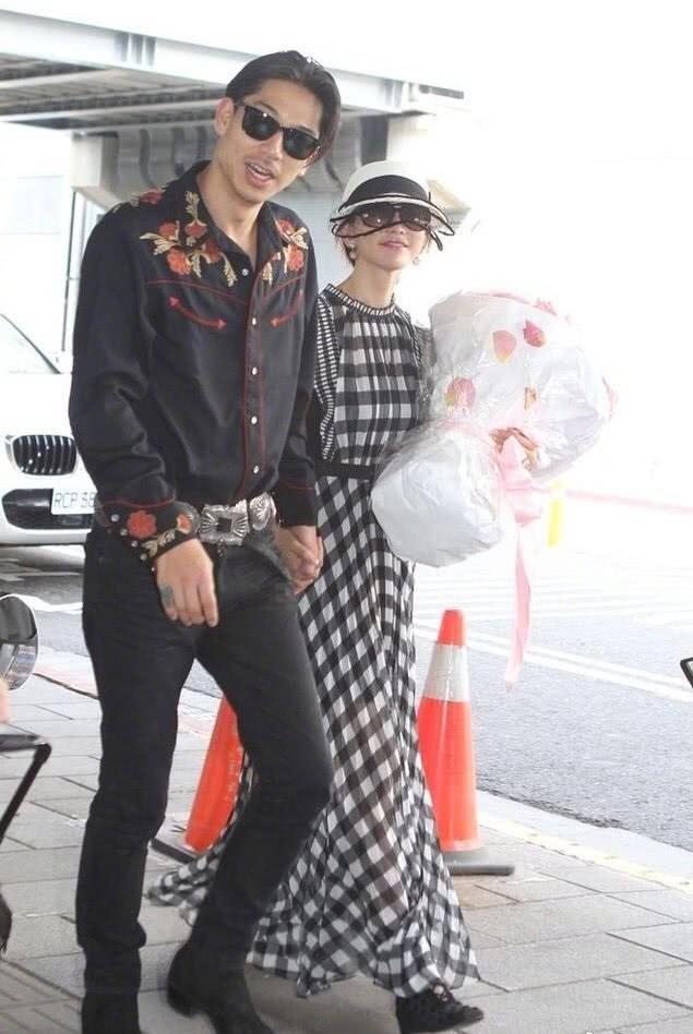 林志玲和老公结婚后合体露面:AKIRA打扮很潮流,主动对镜头挥手