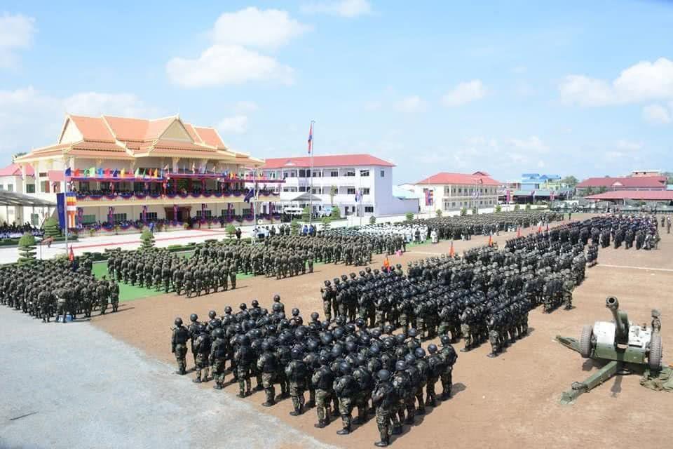 """柬埔寨陆军精锐部队展示装备一武器外罩护套,透露""""神秘""""气息"""