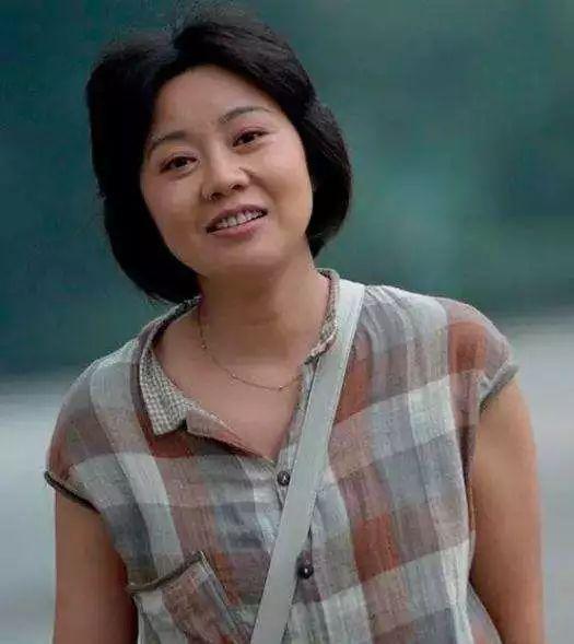 48岁闫妮生图认不出!突然爆肥脸肿成发面团,肉把眼睛都挤没