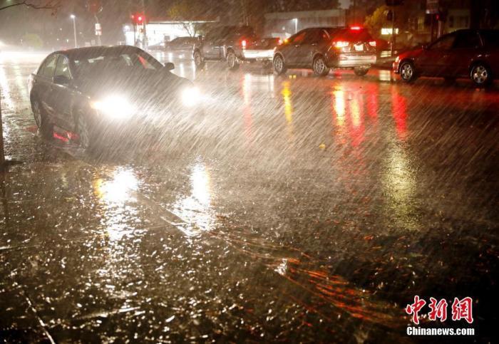 资料图:当地时间11月26日,美国北加州米尔布雷迎来狂风暴雨。中新社记者 刘关关 摄