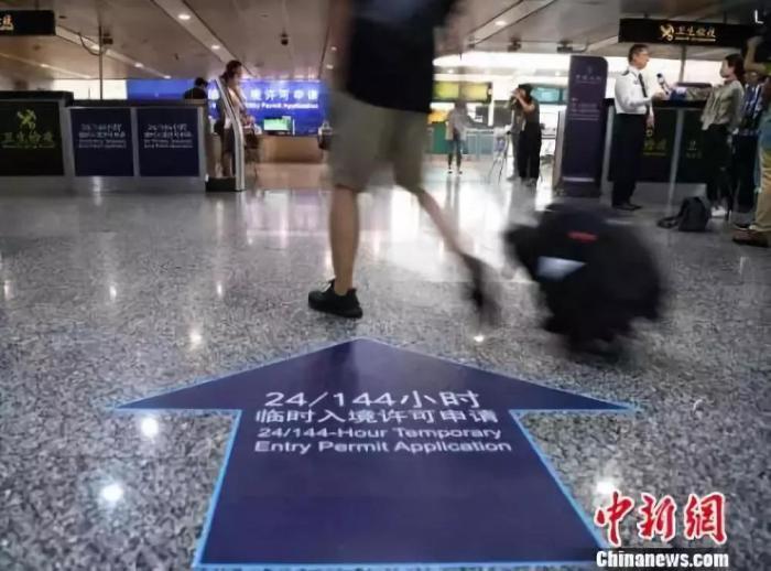 资料图:广州白云机场144小时临时入境许可申请指引。 钟欣 摄