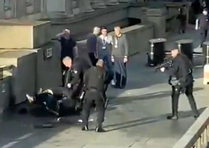 男子持刀行凶,多名路人上前制伏,警方随后赶到击毙袭击者。/推特网友上传的现场视频截图。