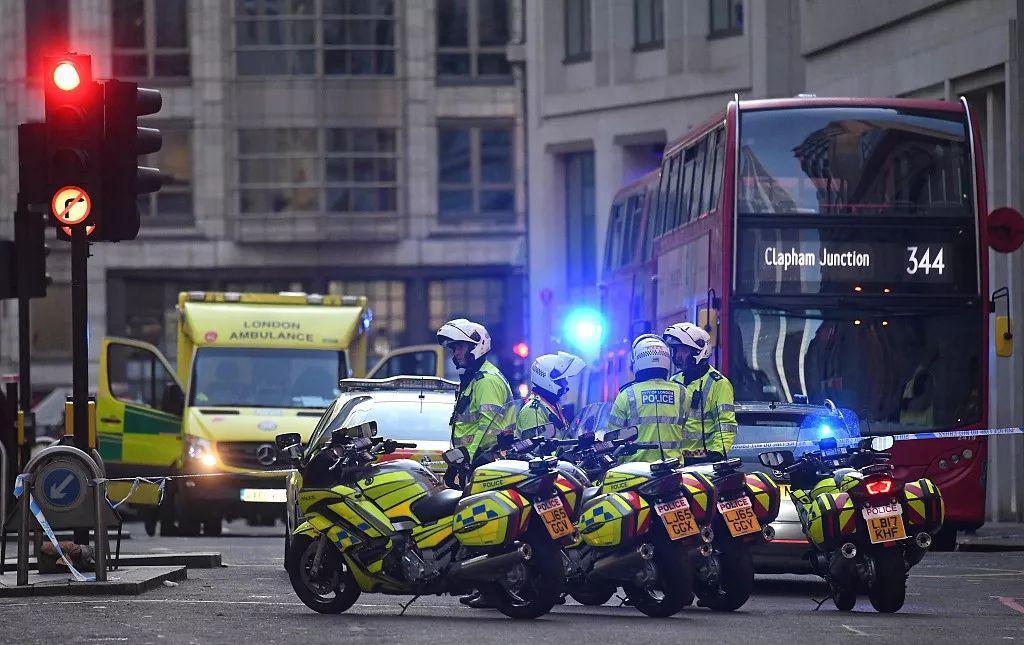 伦敦警方已封锁案发现场周边路段。/视觉中国