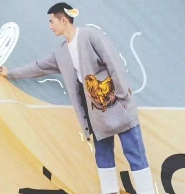 """杨洋穿上自己设计的牛仔裤,裤腿上像一圈""""奶油"""",设计感十足"""