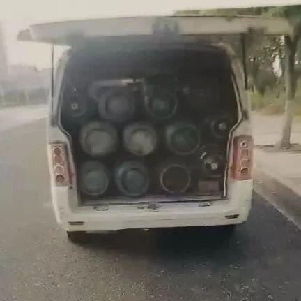 赣州一面包车副驾驶放2瓶煤气罐 一查还有27瓶…