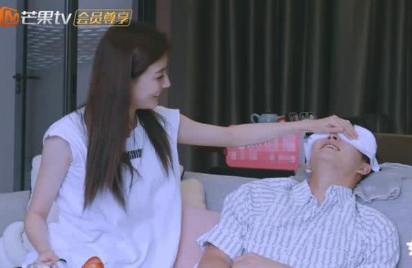 徐璐跟张铭恩玩游戏,看张铭恩的手放哪,网友:真以为没镜头了?
