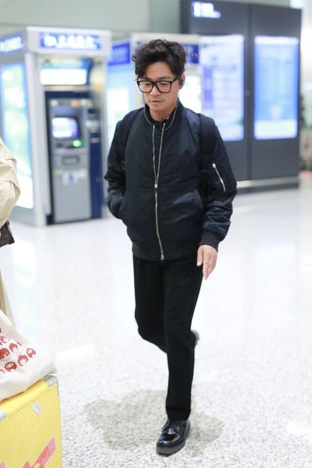 王宝强穿对了,一件羊羔款牛仔衣搭卫衣,打扮时髦后哪像35岁