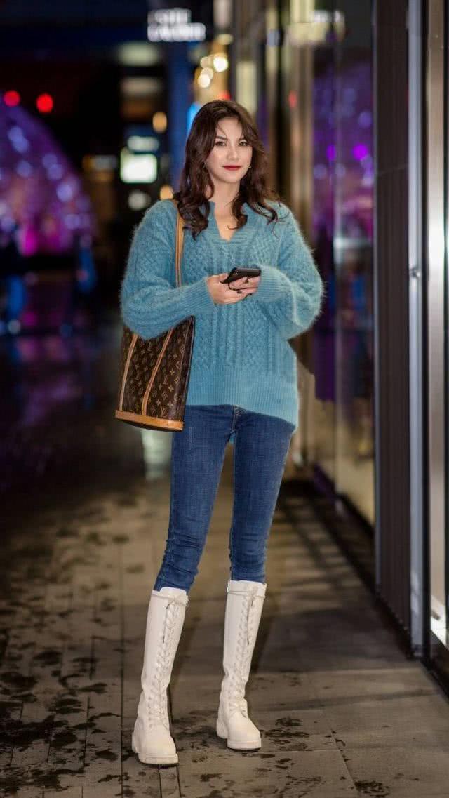 牛仔裤舒适还有着时尚潮流感,装扮的造型显得十分修身立体