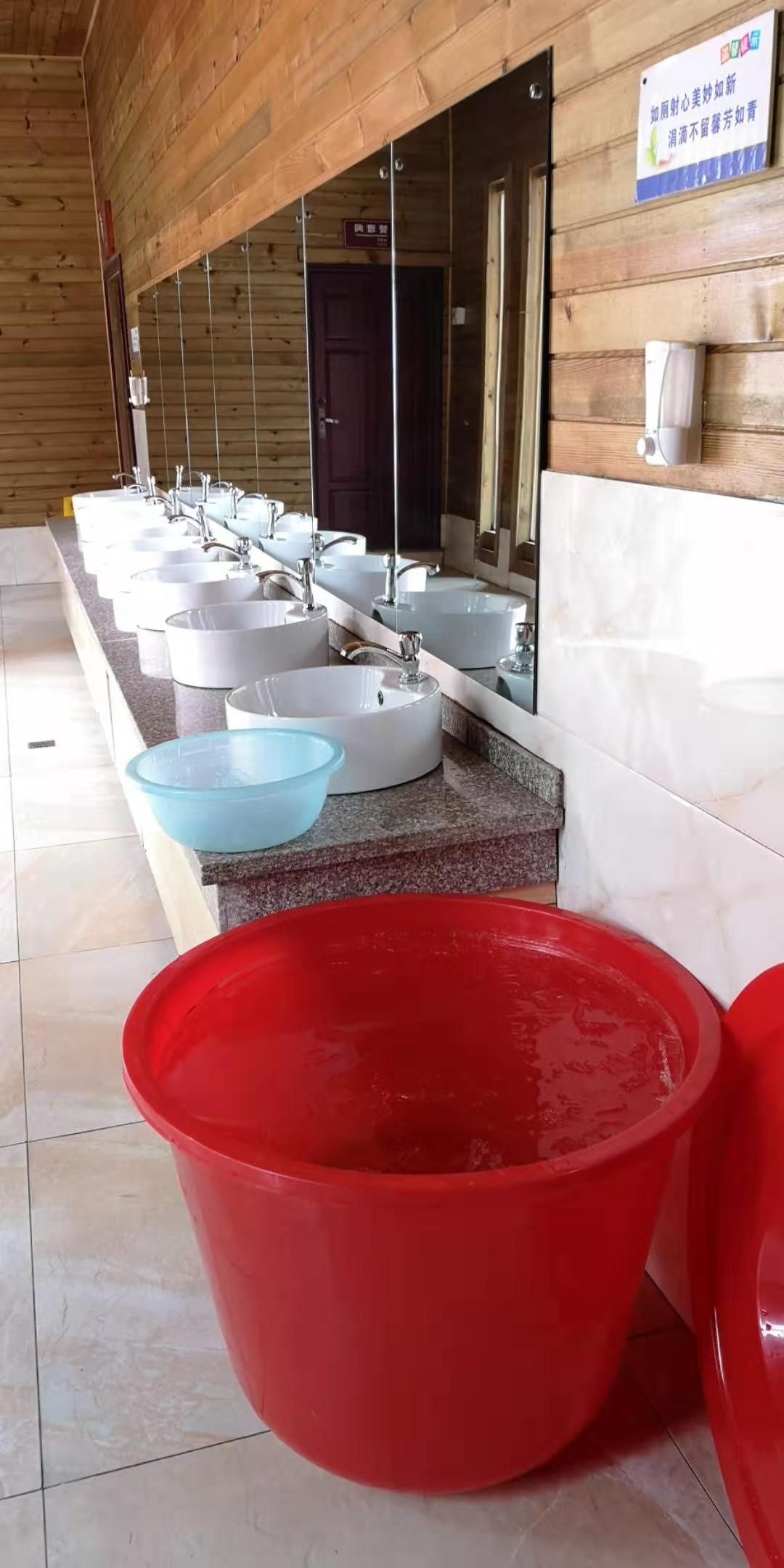 洗手池旁的大塑料桶用于囤水