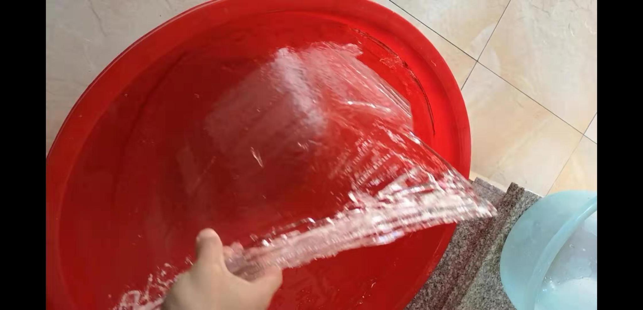塑料桶里的水有些结冰