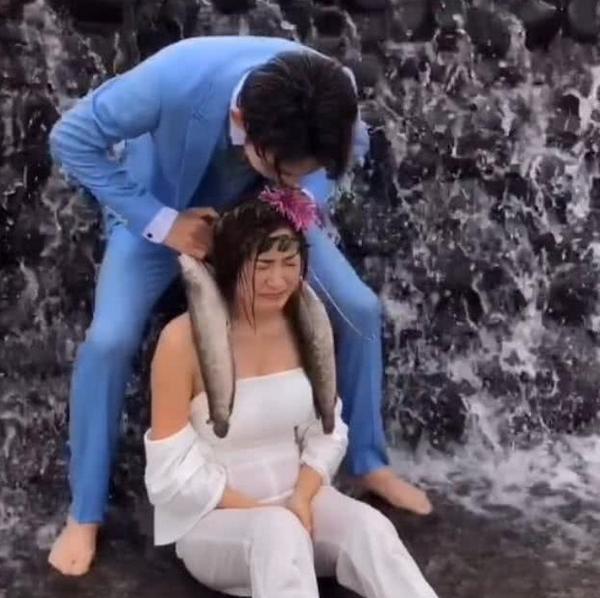 新人海边拍婚纱照,道具吓哭新娘,网友:摄影师想表达什么?