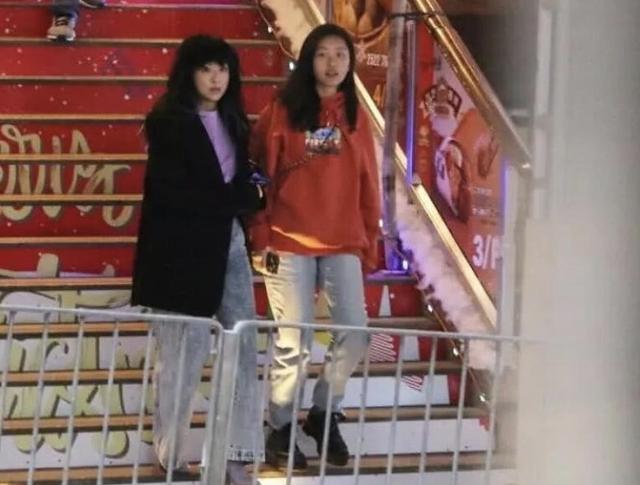 陈奕迅15岁女儿个头惊人装扮潮流前卫与男友亲密画面流出曾遭疯传
