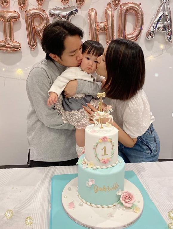 王祖蓝为1岁女儿庆生,与亚男同亲女儿脸颊,吐槽女儿名字太难记