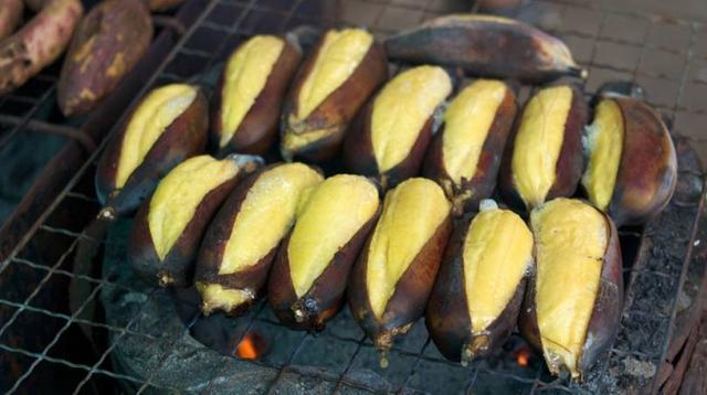 超奇特小吃!農村大媽「把芭蕉這樣處理」滋味太美妙...排隊才吃得到!網嗨:好想吃!