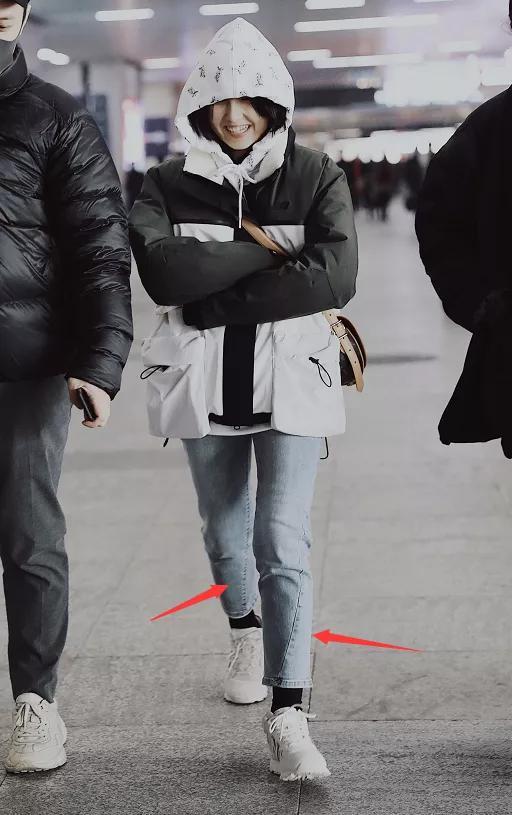 张子枫穿牛仔裤慌着出门,有谁注意到她的裤腿,这情况我第一次见