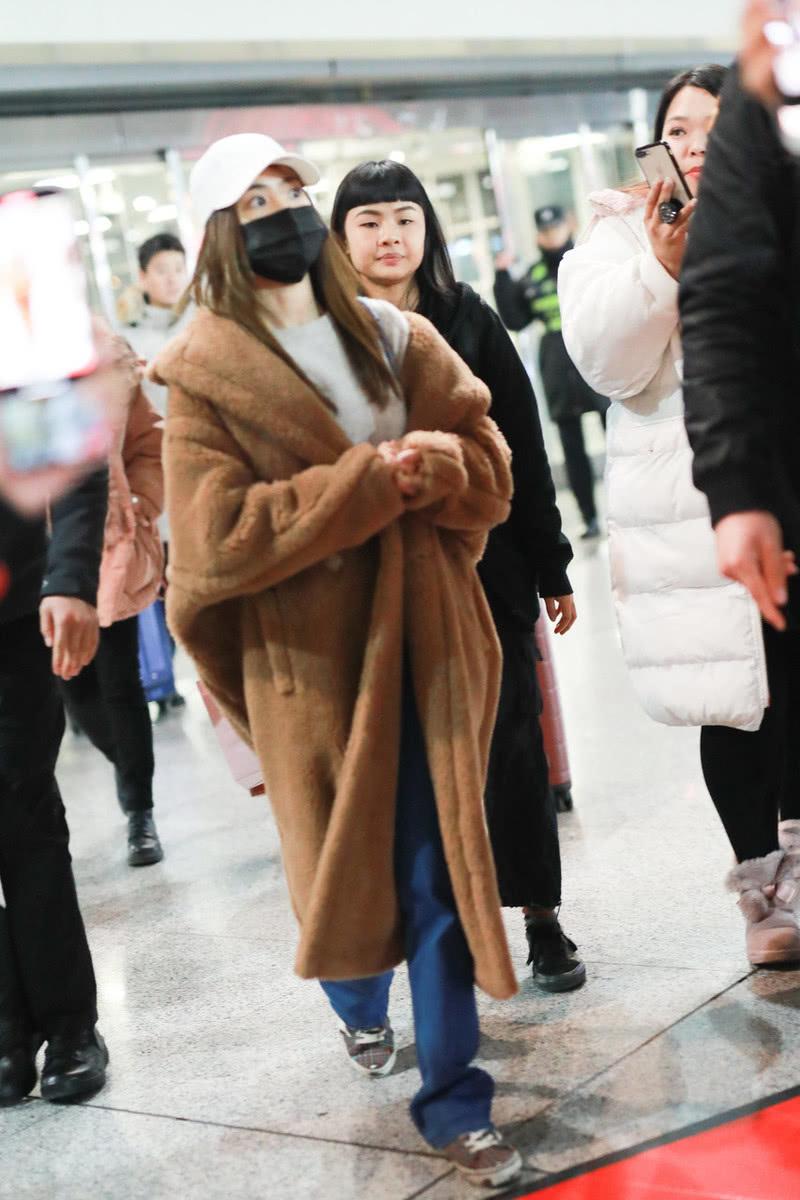 """蔡依林走机场,""""烂大街""""的款式也能穿出潮流感,156cm好有气场"""