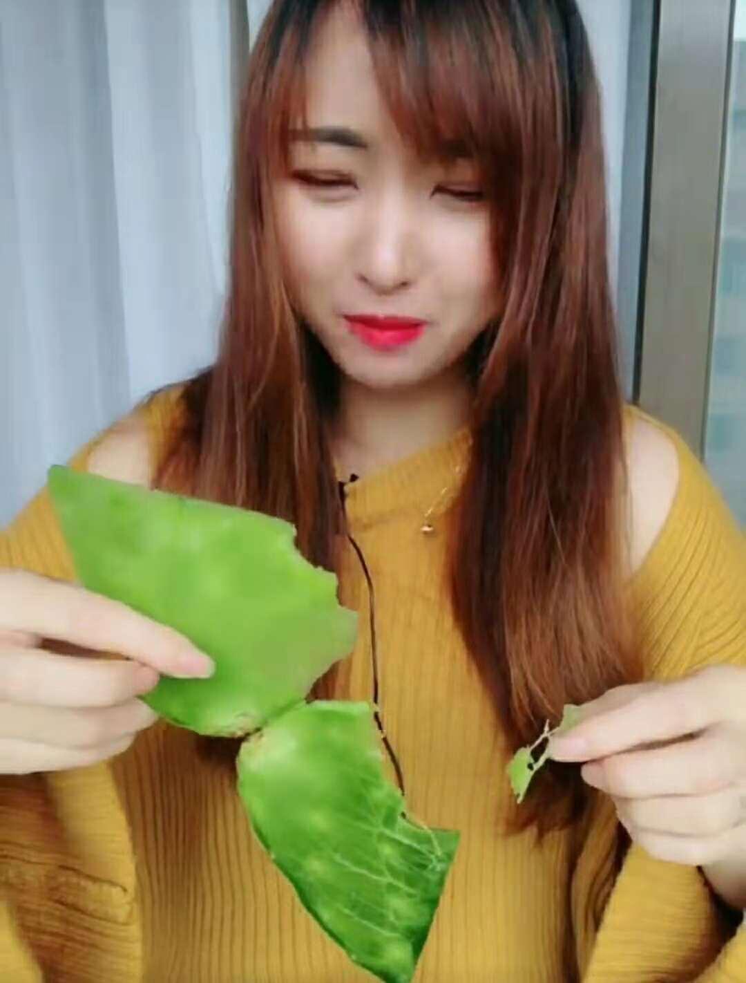 女子直播吃仙人掌:像吃黄瓜,网友:被表情出卖