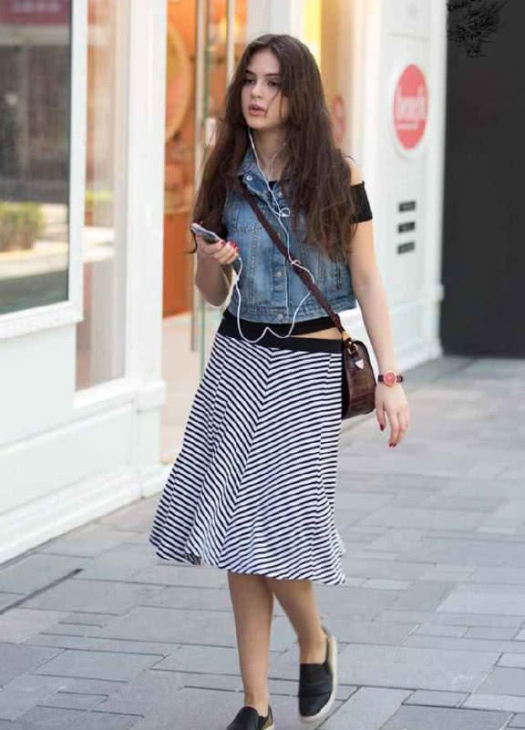 街拍:异域风情的少女,身穿牛仔上衣,打扮的很是潮流!