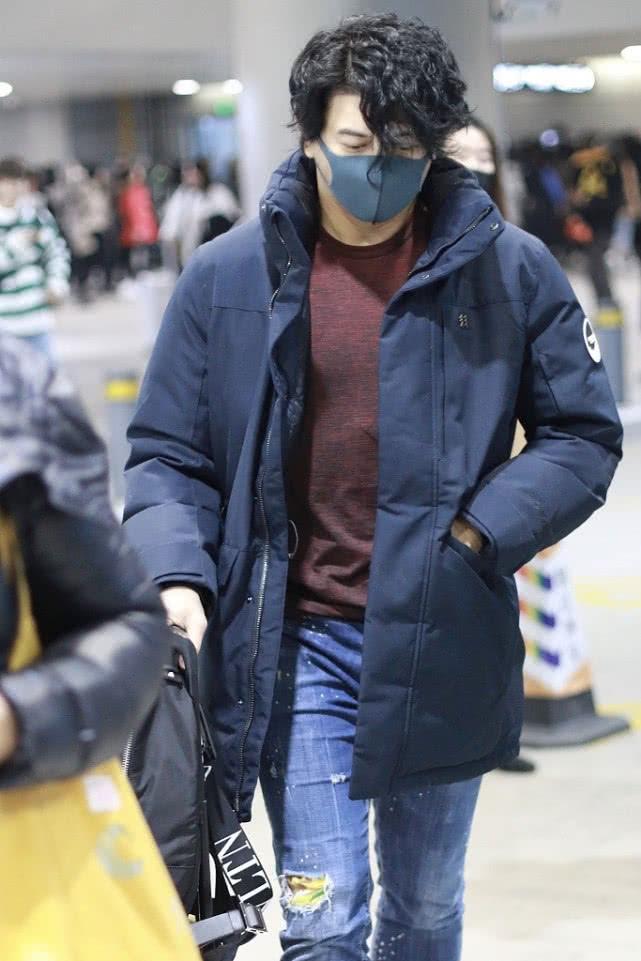 吴奇隆现身, 羽绒服搭牛仔裤显沉稳, 学年轻人做了个泡面头够潮!