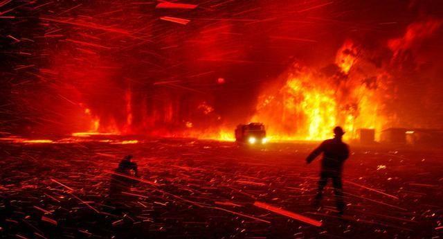 澳大利亚大火围困海滨度假胜地 数千人涌向海滩避难