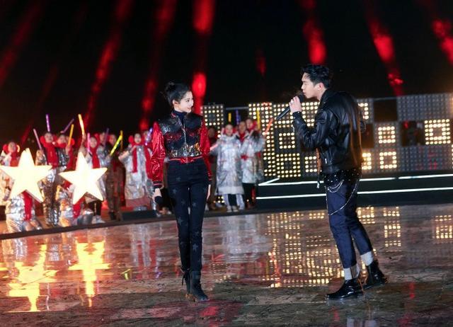 关晓彤亮相跨年晚会,红色亮片夹克搭配星星牛仔裤,腿太长了