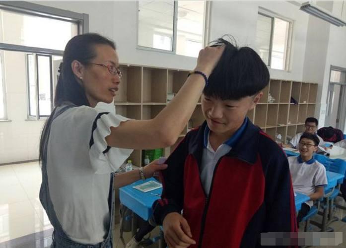 男同学理个帅气的锅盖头去上学,气得老师当场给他理发!