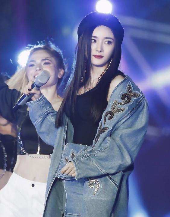 杨幂说唱都说酷,近镜头拍到她头发挡脸的表情,美吗?