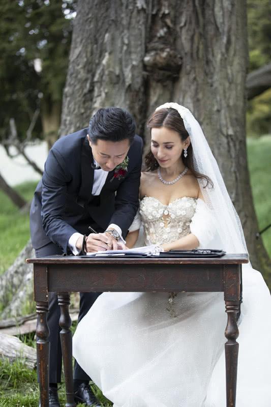 韩庚和卢靖姗两套婚纱全出来了,卢靖姗穿上白色婚纱,可美了!