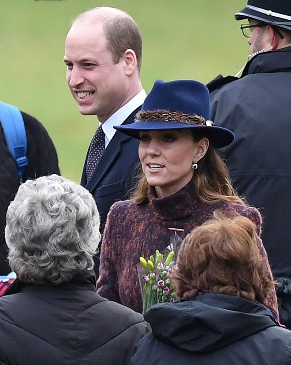 难道凯特王妃学梅根走潮流路线?呢大衣换新风格,配长靴潮范十足