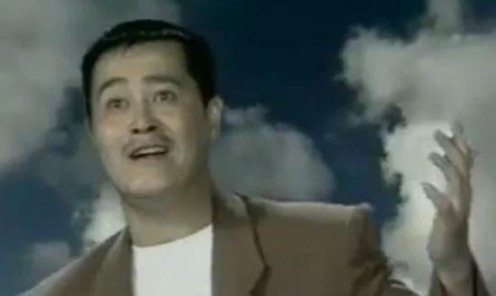 赵本山青涩照,那时候的本山大叔还是飘逸的长发,那时候很潮流