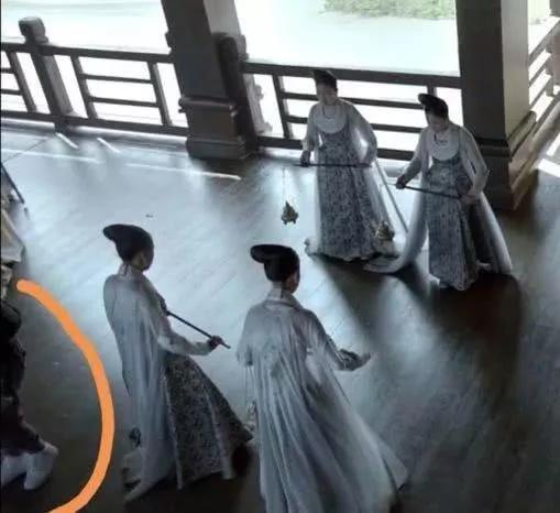 《庆余年》穿帮镜头集合:古装剧里戴金表穿运动鞋,还有面包车?